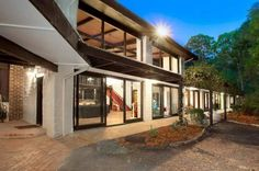 House of the Week: An Alistair Knox mud-brick original in Eltham Earth Homes, Modern Architecture, Mud, Mid-century Modern, Brick Houses, Eco Homes, Mid Century, Mansions, The Originals
