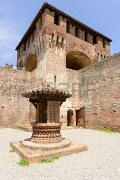 Fuente y mazmorra en el castillo de Soncino Foto de archivo