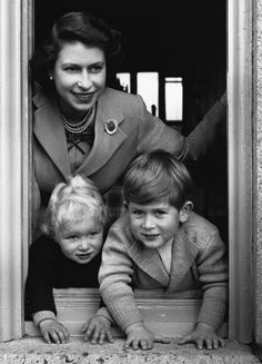 Queen Elizabeth II leaning out of a window with Princess Anne Elizabeth Alice Louise (left) and Prince Charles Philip Arthur George. (Photo by Lisa Sheridan/Studio Lisa/Getty Images) Prince Charles, Prince Andrew, Elizabeth Queen, Queen Elizabeth 2 Children, Princesa Margaret, Prinz Philip, Die Queen, Royal Queen, Classic Hollywood