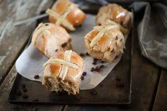 Paasbolletjies - Boesmanland LangtafelHierdie Paasbolletjies is ideaal vir 'n saamwees ontbyt maar ook perfek vir namiddagkoffie saam met 'n moerkoffietjie. South African Recipes, Recipe Cards, Bread, Food, Brot, Essen, Baking, Meals, Breads