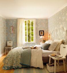 """Su dormitorio  """"Siempre utilizo sábanas blancas y dejo el color para las colchas y el papel pintado"""", cuenta el interiorista. Cama de acero galvanizado blanco Lirvik de Ikea, igual que la funda nórdica turquesa y el juego de cama Emmmie Steps."""