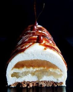 Pear log, caramel heart and crunchy speculoos - Trend Pretty Cakes 2019 Cake Recipes, Snack Recipes, Dessert Recipes, Fall Desserts, Christmas Desserts, Christmas Log, Easy Smoothie Recipes, Healthy Smoothie, Xmas Food