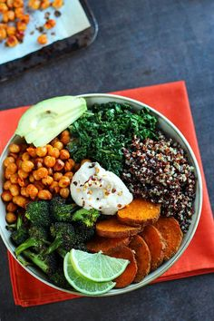 Roasted Veggie Quinoa Bowl - http://www.theveganfoodblog.com/2015/03/18/roasted-veggie-quinoa-bowl/…