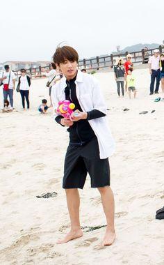 Jungkook de bermuda preta e na praia, eu vivi pra ver isso