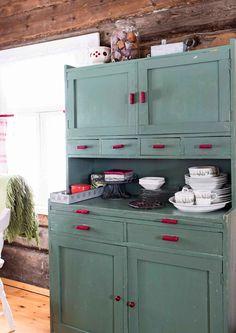 22 neliön talvinen minimökki   Meillä kotona Kitchen Dining, Kitchen Cabinets, Kitchen Appliances, Sauna Room, Good Old Times, Retro Home, Log Homes, House Colors, My Dream Home