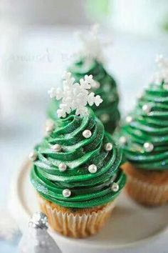 30 Easy-to-make Christmas Cupcake Ideas; holiday cupcakes; Christmas desserts.