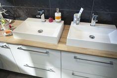 Un plan de travail de salle de bains à deux vasques