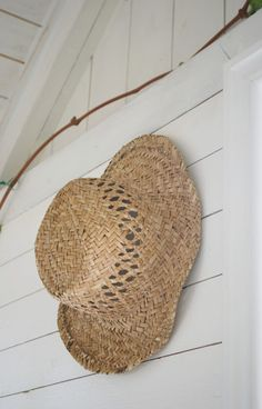 a straw hat . for the beach for the garden or to hang on the wall ! Beach Cottage Style, Coastal Style, Coastal Living, Coastal Decor, Beach House, Cottages By The Sea, Beach Cottages, House By The Sea, Summer Hats