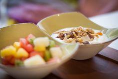 Zdravá snídaně - ovocný salát, müslli, jogurt/mléko, káva, džus / Healthy breakfast - fruit salad, müslli, joghurt, coffee, juice Acai Bowl, Oatmeal, Breakfast, Food, Yogurt, Acai Berry Bowl, The Oatmeal, Morning Coffee, Rolled Oats