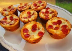 Deep Dish Pizza Cupcakes - make mini deep dish pizzas in your muffin pan! Let the kids customize each pizza with their favorite pizza toppings. Great for tailgating, parties, lunch or dinner. Pizza Cupcakes, Pizza Muffins, Pizza Bites, Pizza Cups, Pizza Recipes, Appetizer Recipes, Cooking Recipes, Party Recipes, Healthy Recipes