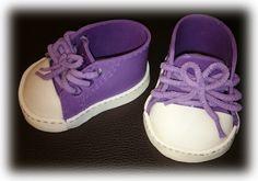 Heute möchte ich Euch zeigen wie man Babyschuhe aus Fondant macht. Bei meinen ersten Schuhen, muss ich zugeben hatte ich ein paar Schwierigkeiten allerdings war das am Anfang als ich mit Fondant an…