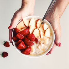 This steamy bowl of creamy fruity porridge is packed with many fresh fruits which are sure to supply a great kick-start to your day. Other Recipes, New Recipes, Healthy Recipes, Healthy Food, Juicy Lucy, Porridge Recipes, Porridge Oats, Tasty, Yummy Yummy