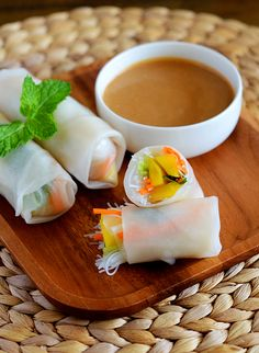 Mango Summer Rolls This looks so delicious Summer Rolls, Spring Rolls, Rice Wrappers, Asian Recipes, Healthy Recipes, Vietnamese Recipes, Asian Foods, Good Food, Yummy Food