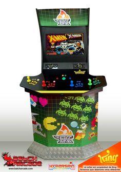 Máquina Arcade Cabinet 4 Jugadores con mueble modular de 2 piezas, El tótem el cual tiene la pantalla, altavoces stereo y el ordenador. Por otro lado el pedestal, el cual tiene el panel de mandos acabado en metacrilato y el subwoofer.