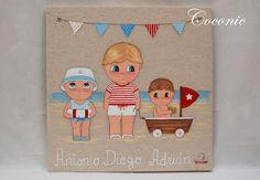 COCONIC: Cuadro infantil personalizado de tres niños en la playa con barquito velero.