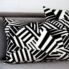 Razzle Dazzle-tyynyn nimi sekä kuosi ovat saaneet inspiraationsa Britti armeijan I Maailmansodan aikaan käyttämästä kuosista. Armeija käytti kuosia luomaan optisen illuusion välimatkan, suunnan sekä kohteen koon määrittämiseksi.