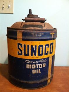 Antique-Vintage-Sunoco-Motor-Oil-Advertising-Tin-5-Gallon-Can-Wooden-Handle-1956