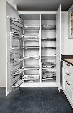 Made Mutfak - CLASSICA lake mutfak. Büyük dolap içi görünüm