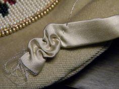 1. Нужно сделать выкройку, на фото видно как сумочка соответствует фермуару, добавлена ширина на складки и пологость для боковых складок. Я пришиваю на подкладку…