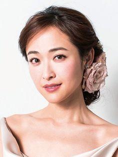 大人花嫁に人気なのがシックな色のヘッドコサージュ。しかし肌色を美しく見せるには、鮮やかな色みをプラスすることが大切です。ここでは白を足して全...