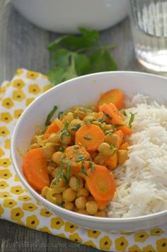 Curry de pois chiches et carottes au lait de coco Chickpea curry and carrots with coconut milk Gujarati Recipes, Indian Food Recipes, Ethnic Recipes, Meals Without Meat, Veggie Recipes, Healthy Recipes, Chickpea Curry, India Food, Foods With Gluten