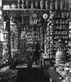 Robert Doisneau Saul Steinberg dans un magasin de porcelaine, Paris, mai 1953 Robert Doisneau, Vintage Photography, Street Photography, Man Ray Photographie, Philippe Soupault, Old Photos, Vintage Photos, Saul Steinberg, Folies Bergeres