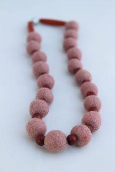 Collana con palline in feltro, perline e barrette in legno. di patrizianave su Etsy