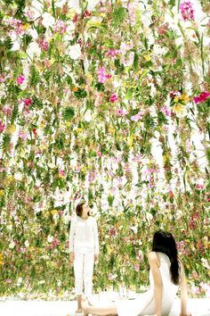 "Currently on display in Tokyo is ""Floating Flower Garden,"" an immersive, interactive installation of blossoming vegetation. Visitors enter a room filled with floating flowers. But as you approach them Floating Garden, Floating Flowers, Hanging Flowers, Garden Art, Garden Design, Installation Interactive, Interactive Exhibition, Flower Installation, Light Installation"