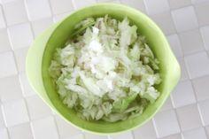 Original Krautsalat wie beim Griechen. Ihr werdet ausflippen, so gut ist der. Ein Krautsalat Thermomix Rezept - noch mehr Partyrezepte und Fingerfood findet ihr auf http://www.meinesvenja.de/2012/06/14/fuer-unsere-fussballmaenner-deftiger-krautsalat-und-fuer-uns-kekse-wie-sie-schokoladiger-nicht-sein-koennten/