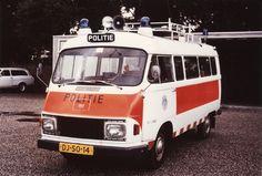 Hanomag-Henchel F25 combi  Gemeentepolitie Velsen (1975)  TEOD-voertuig.   Deze bestelwagens waren uiterlijk gelijk aan de 1ste Mercedes-Benz 207-307 combi's.  Foto: J. Riem