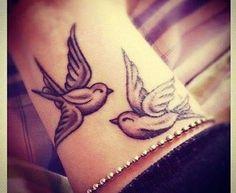 Vogel Tattoo am Handgelenk