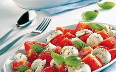 Ντομάτα με μοτσαρέλα και σάλτσα βασιλικού B Recipe, Appetisers, Caprese Salad, Salads, Food, Gastronomia, Eten, Salad, Meals