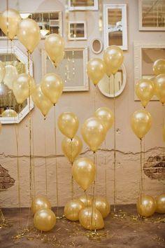 baloes dourados em varias alturas