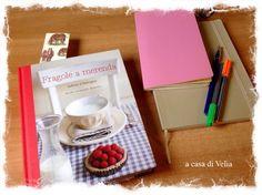 """""""Fragole a merenda"""" sulla scrivania di Velia, con penne, quaderni, e un segnalibro scelto per l'occasione...    #quifragoleamerenda"""
