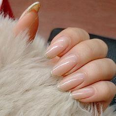 ✨ * にゅーねいる。のはずが なぜかいつも、 似たようなデザインを2回ぐらいやりがち。 いつもより長め * 今回は自爪よりも少し白っぽく! グラデで根元は透けさせて、 新しく買った#偏光パール のジェルをその上から☺ * ピンクの偏光パールがうっすら光って 爪が立体的できれいにみえる * 先は、#クロムパウダー でラメライン❇❇ * やっぱりシンプルがよくって スノードーム装着やめました * #nail#selfnail#gelnail#ネイル#セルフネイル#セルフネイル部#ジェルネイル#ヌーディネイル#ナチュラルネイル#シンプルネイル#グラデーションネイル#グラデーション#グラデ#上品ネイル#大人ネイル#ラメライン#もこもこアウター
