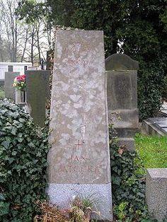 Jan Patočka-náhrobek na hřbitově v Břevnově.Jen malá část Patočkova díla mohla vyjít za jeho života doma. Pětisvazkový výbor vyšel v 80. letech v Německu. Deset knih bylo přeloženo do francouzštiny, další do angličtiny, italštiny, španělštiny a řady dalších jazyků. – Wikipedie