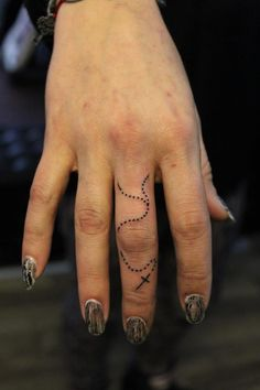 That's really nice....it's so delicate. I like how the beads go around the knuckle. ...I also like the nails :)