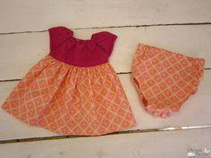 vestido con cuerpo de punto y falda y braguita de tela de algodón. talla 3 a 6 meses.