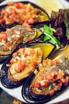 Cholgas con pebre Gourmet Recipes, Crockpot Recipes, Healthy Recipes, Tapas, Chilean Recipes, Chilean Food, Scallops, Fish And Seafood, Vinaigrette