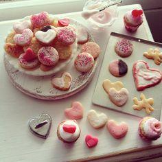 1:12 scale // Miniature Valentine cookies van Kimsminibakery op Etsy