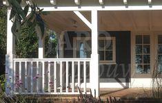 Houten veranda wit geschilderd en hekwerken