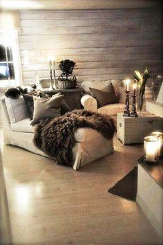 À LUZ DE VELAS   Elas são sinônimo de romantismo mas também complementam a decoração de inverno com muita beleza. Invista nas velas e não abra mão de um bom pelego! #inspiracao #decoracao #inverno #living #ficaadica #SpenglerDecor