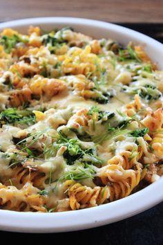 Zapiekanka makaronowa z boczkiem i brokułami | Tysia Gotuje blog kulinarny Pasta Recipes, Dinner Recipes, Cooking Recipes, Healthy Recipes, Low Calorie Breakfast, Salty Foods, Health Eating, Sandwiches, Food Inspiration