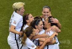 女子サッカーW杯カナダ大会・準決勝、米国対ドイツ。カーリー・ロイドが挙げた先制点に歓喜する米国の選手(2015年6月30日撮影)。(c)AFP/NICHOLAS KAMM ▼1Jul2015AFP|米国が決勝進出!世界ランク1位のドイツを破る 女子サッカーW杯 http://www.afpbb.com/articles/-/3053226 #2015_FIFA_Womens_World_Cup #Semifinal_United_States_vs_Germany