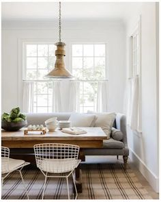 A dining room sofa provides the most comfortable seating comfort at the dining t… – Farmhouse interior livingroom Banquette Seating, Lounge Seating, Sofa Cama Retro, Kitchen Couches, Kitchen Furniture, Quinta Interior, Greek Revival Home, Esstisch Design, Style Me Pretty Living