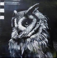 Een zeer mooie zwart-wit foto van een uil s nachts... gedetailleerd en uitgebreid. In de onderste lagen van kleur zijn de kleuren van de natuur en het bos, groen, blauw en bruin, deels gedekt door de kleur van de nacht. Sommige overzichten van de uil kunnen zo slechts op een schetsmatige manier