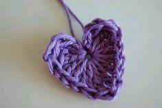 Enkelt hjerte - Bekki Bjarnoll:   http://www.bekkibjarnoll.com/2011/07/i-heart-you-oppskrift.html?m=1