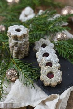 Selbst gemachte Mohnkekse gefüllt mit Powidl als Weihnachtskekse von Sweets & Lifestyle® Best Christmas Cookies, Holiday Cookies, Favorite Holiday, No Bake Cake, Wonderful Time, Food And Drink, Place Card Holders, Tasty, Sweets