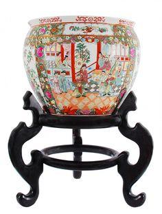 Aquário  de porcelana chinesa, decorado na parte interna com carpas e externa com cena de jardim, acompanha peanha de madeira. Alt. 30 cm Diâm. 37 cm. Base 35 cm
