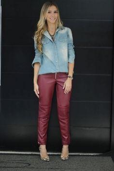 Look com calça vermelha de couro, jeans e animal print. Bem composto. Foto/Dehbora Zandonna